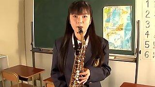 Leikkisä opiskelija tyttö imee putkea yliopiston huoneessa