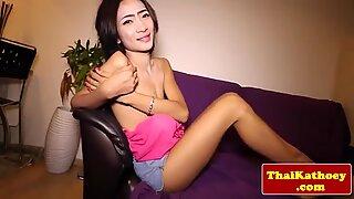 Thai ladyboy runkkaa irti ja saa perse sormeiltu
