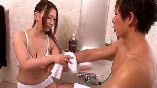 Japanilainen tyttö ruiskuttaa tussulähikuvastaan