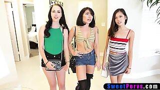 Kolme Aasialainen Princesses Love Erikoinen sukupuoli eri asemissa.