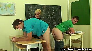 Vanhempi kypsä -opettaja ottaa molemmilta puolilta