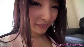 Japanilainen pieni beibit hairypussy sormeiltu