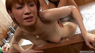 Kastanja Kaoru Amamiya saa kuuman muffinsukelluksen kuumaan kylpyammeeseen