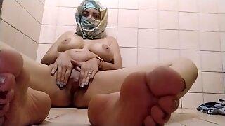 Todellinen arabi muslimi äiti masturboi hänen tussua äärimmäisiin orgasmeihin pornohijabikamerassa ja näyttää jalat