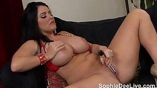 Sophie Dee leikkii tussunsa kanssa seksikkäissä punaisissa bikineissään