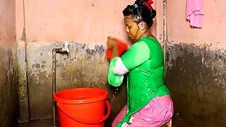 Etelä-aasialainen täti käy kylvyssä