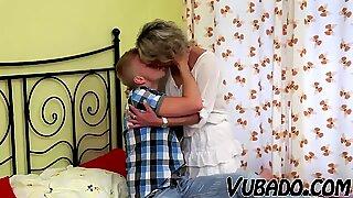 Nuori poika jauhaa kypsä-naisen makuuhuoneessa !!