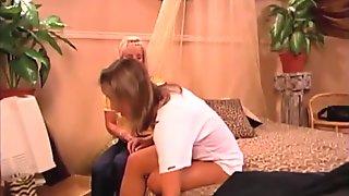 Kypsä milf on lesbo hauskaa nuoren raskaana tyttö kanssa
