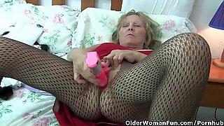 Isot tissit -mummo käyttää sukkahousuja, kun hän kurkistaa dildoa