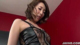 Aya Kisaki korkeat korotilla pelaa kullin kanssa