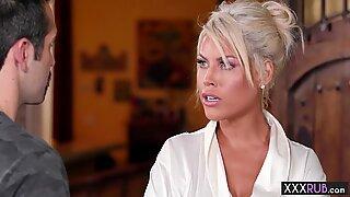 Seksikäs blondi isot tissit milf hieronta uusi asia - Bridgette B.